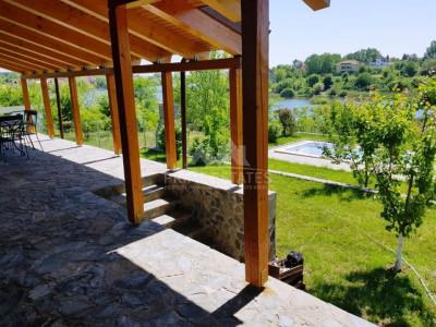 De vanzare vila cu iesire catre lac cu piscina si teren 2400 mp